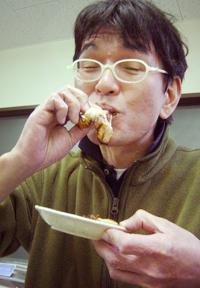焼豚ロール食べるタニシ君.jpg