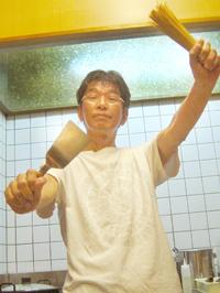 餃子を焼きながらポーズをとるタニシ.jpg