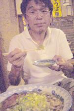 とぼけた顔でラーメンを食べるタニシ.jpg