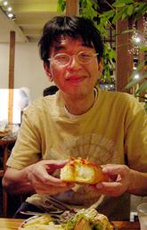 バゲット食べるドンタニシ.jpg