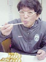 赤萬で餃子食べるタニシ君アップ.jpg