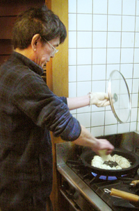 餃子を焼くドン・タニシ.jpg